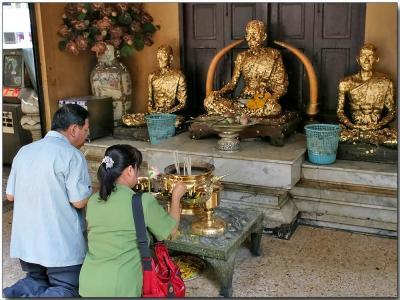 Worshiping in the Traimit Witthayaram Temple