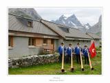 Das  Alphornquartett  Tödifirn posiert vor der Alphütte und Tödi