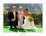 Brautpaar mit Blumen-Mädchen