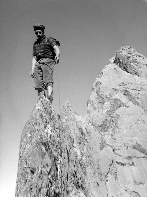 Hervé en équilibre sur la partie la plus étroite de larête Sud du Sarrieres