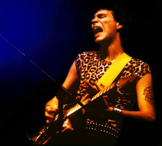 Steve Vai<br>on<br>Stunt Guitar<!--kbd2033-->