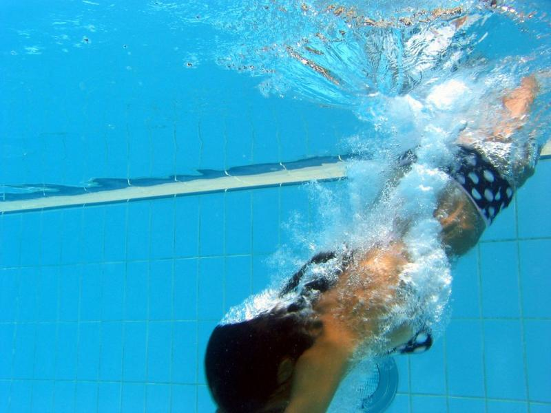 Natasa diving (of the swimming pool variety )