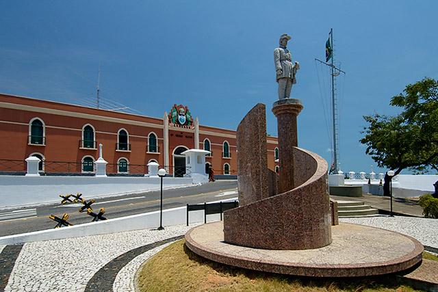 10ª Região Militar com detalhe da estátua Gen Sampaio 1º plano