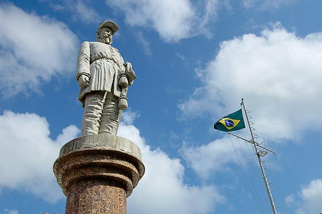 Estátua do Gen. Sampaio com bandeira do Brasil ao fundo