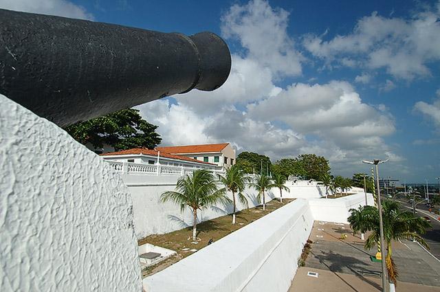 Muralha externa com detalhe do canhão no 1º plano horizontal