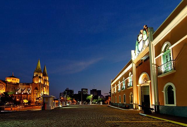 Fachada frontal da 10ª Região Militar com catedral ao fundo, Fortaleza, CE