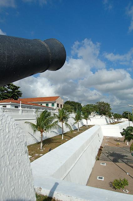 Muralha externa com detalhe do canhão no 1º plano vertical