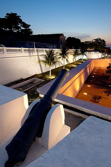 Muralha externa no crepúsculo vertical, Fortaleza, CE