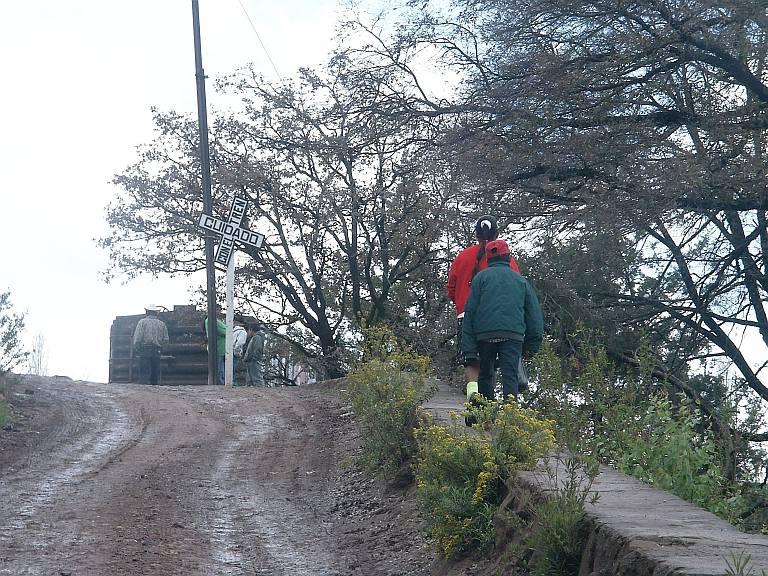 2389 Indians walking to school, Bahuichivo.jpg