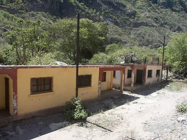 2722 Abandoned buildings, Temeris RR area.jpg
