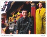 扎什伦布寺的僧人读经前和我们一起
