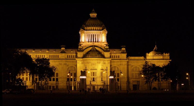 m_palace at night.jpg