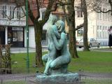 Skulptur mor og barn av Ingebrigt Vik fra Øystese som vant en internasjonal pris foran Vigeland om å lage en skulpturpark