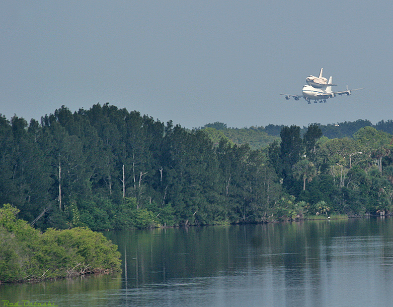 Discovery coming into Shuttle Landing Strip