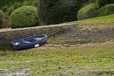 Barque bleue attachée au quai de l'île d'Irus