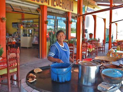 Tortillas calientitas del comal, hechas a mano.