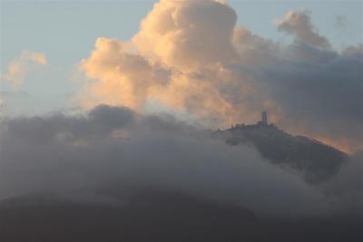 Detalle del Ávila y el Hotel Humboldt entre nubes