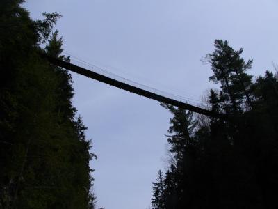 le pont suspendu vu den bas